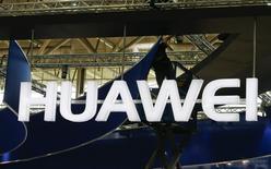 Un trabajador ajusta el logo de Huawei en una feria en Hanover, 15 de marzo de 2015. Huawei Technologies Co Ltd duplicó con creces sus ventas de teléfonos avanzados en China durante el primer semestre del 2015, desafiando la desaceleración que vive el mayor mercado de telefonía del mundo y que está afectando a rivales como Xiaomi y Samsung Electronics. REUTERS/Morris Mac Matzen/Files