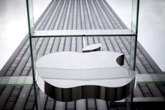 El logo de Apple cuelga en la entrada de su tienda en la Quinta Avenida, en Nueva York, 21 de julio de 2015. Las acciones de Apple caían el miércoles hasta un 7 por ciento a 121,99 dólares en las primeras transacciones de la bolsa de Nueva York, en un retroceso que borraba más de 50.000 millones de dólares en valor de mercado para el fabricante del iPhone tras la divulgación de sus resultados el día anterior. REUTERS/Mike Segar