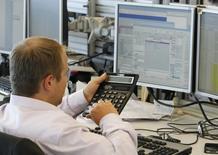 Трейдер в торговой комнате инвестбанка Ренессанс Капитал в Москве. 9 августа 2011 года. Российский рынок акций слегка приободрился к закрытию торгов, хотя в целом продолжает колебаться около одних и тех же уровней в основных индексах, без объемов. REUTERS/Denis Sinyakov