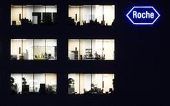 Roche a annoncé jeudi une hausse de 3% de son chiffre d'affaires semestriel et confirmé sa prévision de croissance pour l'ensemble de 2015. Le groupe pharmaceutique a tiré parti de la demande se portant sur ses traitements oncologiques, qui a permis de compenser la fermeté du franc suisse. /Photo d'archives/REUTERS/Michael Buholzer