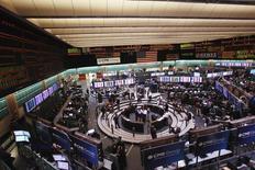 Traders work in the crude and heating oil futures pit on the floor of the New York Mercantile Exchange March 7, 2011. Цены на нефть стабильны в четверг, при этом американская легкая нефть торгуется у минимальных значений более, чем за три месяца, из-за растущих запасов в США и сильного доллара.   REUTERS/Lucas Jackson
