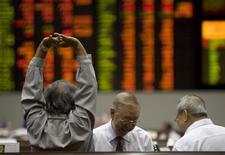A trader stretches his arms on the floor of the Philippine Stock Exchange in Makati City, Metro Manila October 9, 2008. Китай направил $800 миллиардов публичных и частных денег в поддержку пошатнувшегося фондового рынка, следует из данных аналитиков, однако эффект от этих беспрецедентных мер пока очень умеренный. REUTERS/Darren Whiteside