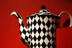A tea pot for sale is displayed in a T2 shop in London April 24, 2014. Один из крупнейших в мире производителей продуктов питания и товаров повседневного спроса компания Unilever  отчиталась в четверг о превысивших ожидания рынка продажах во втором квартале 2015 года, драйвером которых стали товары для личной гигиены и ухода за домом. REUTERS/Stefan Wermuth