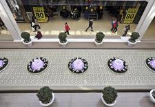 Compradores pasean a través del mall West Edmonton, en Alberta, 26 de febrero de 2015. El crecimiento económico de Estados Unidos se apresta a tomar impulso tras un primer semestre relativamente débil, lo que permitiría a la Reserva Federal subir en septiembre su tasa clave de interés, de acuerdo a un sondeo de Reuters publicado el jueves. REUTERS/Dan Riedlhuber