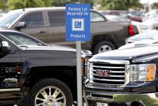 Un cartel de estacionamiento exclusivo para autos de General Motors, en la Planta de Asamblea de General Motors, en Arlington, Texas, 9 de junio de 2015. Las acciones de General Motors Co escalaban el jueves poco después de la apertura de los negocios luego de que la automotriz reportó un aumento en más del doble de sus ingresos ajustados netos en el segundo trimestre, impulsados por ventas de camiones y camionetas en América del Norte y por la fortaleza en China. REUTERS/Mike Stone