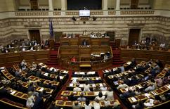 Le Premier ministre grec, Alexis Tsipras, s'adresse au Parlement qui a adopté dans la nuit de mercredi à jeudi à une très large majorité le deuxième train de réformes réclamé par les créanciers de la Grèce en échange de négociations sur un nouveau plan d'aide, qui devraient s'ouvrir vendredi à Athènes /Photo prise le 23 juillet 2015/REUTERS/Yiannis Kourtoglou