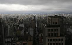Vista aérea del centro de Sao Paulo, jun 18 2014. Un calificadora de riesgo local despojó el jueves a Brasil del grado de inversión y dijo que las nuevas metas de ahorro presupuestario del Gobierno de la presidenta Dilma Rousseff son insuficientes para estabilizar la creciente carga de deuda del país. REUTERS/Maxim Shemetov