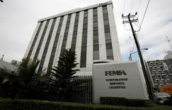 Imagen de archivo del edificio corporativo de FEMSA en Monterrey, México, ene 11 2010. La embotelladora mexicana Coca-Cola FEMSA (KOF), la mayor del mundo de la popular marca, reportó el jueves una caída del 0.4 por ciento en su utilidad neta del segundo trimestre, ante un débil crecimiento de su volumen de ventas y efectos por la conversión del tipo de cambio en Venezuela. REUTERS/Tomas Bravo