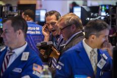 Трейдеры на торгах Нью-Йорской фондовой биржи 21 июля 2015 года. Американские фондовые индексы снизились в четверг третий раз подряд из-за разочаровывающих корпоративных результатов и пугающих прогнозов.  REUTERS/Lucas Jackson