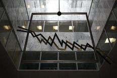 Изображение графика движения биржевых котировок в холле Афинской биржи 11 сентября 2014 года. Цены на металлы в пятницу обновили многолетние минимумы после сигналов о слабости китайской и европейской экономики, которые вызвали опасения по поводу темпов глобального роста. REUTERS/Yorgos Karahalis