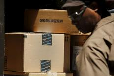 Le titre Amazon progressait de quelque 14% vendredi vers la mi-séance à Wall Street, augmentant d'un coup sa capitalisation boursière de quelque 31 milliards de dollars (28 milliards d'euros) à la faveur d'un bénéfice inattendu au deuxième trimestre. /Photo prise le 24 juillet 2015/REUTERS/Eduardo Munoz