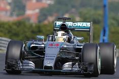 Piloto da equipe Mercedes Lewis Hamilton durante treino livre para o GP da Hungria de F1. 24/07/2015 REUTERS/Laszlo Balogh