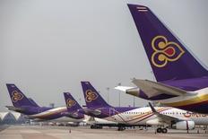 Thai Airways va supprimer 1.401 postes sur la base du volontariat cette année et suspendre ses vols déficitaires à Los Angeles et à Rome, dans le cadre de son plan de restructuration, a déclaré à Reuters son président Charumporn Jotikasthira.  /Photo prise le 27 mars 2015/REUTERS/Athit Perawongmetha