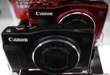 Canon annonce un bénéfice net en recul de 16% au titre du deuxième trimestre, du fait d'une baisse de ses ventes d'appareils photo numériques compacts,  et réduit ses prévisions pour l'ensemble de l'année. /Photo d'archives/REUTERS/Yuya Shino