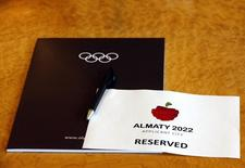 Место для делегации, представляющей заявку Алма-Аты, в штаб-квартире МОК в Лозанне 7 июля 2014 года. Международному метрополису Пекину предстоит встретиться лицом к лицу с малоизвестной Алма-Атой в схватке за право принять зимнюю Олимпиаду 2022 года. Международный олимпийский комитет назовет победителя на этой неделе. REUTERS/Denis Balibouse