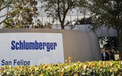 El exterior de la sede de Schlumberger, en Houston, 16 de enero de 2015. Un indicador de planes de inversión de empresas de Estados Unidos repuntó sólidamente en junio, lo que sugiere que el efecto de las reducciones de gastos de capital en manufacturas está comenzando a disiparse. REUTERS/Richard Carson