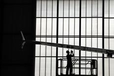 Le groupe d'ingénierie britannique GKN annonce le rachat de Fokker Technologies pour 706 millions d'euros, précisant que l'acquisition de ce groupe basé aux Pays-Bas lui permettrait de renforcer ses positions dans la fourniture d'équipements aéronautiques. /Photo d'archives/REUTERS/David Gray