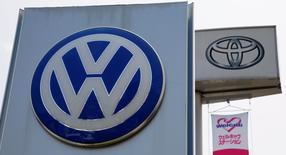 Volkswagen a supplanté Toyota comme premier constructeur automobile mondial en termes des ventes sur les six premiers mois de 2015, atteignant ainsi un objectif fixé pour le long terme avec trois années d'avance. Les ventes mondiales du groupe japonais ont reculé à 5,02 millions de véhicules sur le premier semestre de l'année calendaire 2015, tandis que Volkswagen a fait état le 17 juillet de ses livraisons mondiales à 5,04 millions d'unités, sur la même période. /Photo prise le 30 juillet 2014/REUTERS/Toru Hanai