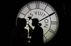 LVMH est l'une des valeurs à suivre à la Bourse de Paris après son annonce de résultats nettement meilleurs qu'attendu au premier semestre, marqués par une très forte accélération de sa division phare, la mode-maroquinerie, et par un redressement dans ses vins et spiritueux. /Photo d'archives/REUTERS/Tobias Schwarz