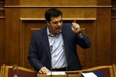 Премьер Греции Алексис Ципрас на заседании парламента в Афинах 23 июля 2015 года. Премьер-министру Греции Алексису Ципрасу, возможно, придется провести досрочные выборы, чтобы укрепить парламентское большинство, пошатнувшееся из-за реформ, которых требуют кредиторы.   REUTERS/Yiannis Kourtoglou