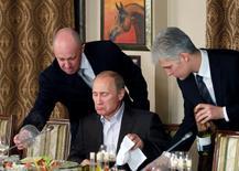 Владимир Путин во время ужина с иностранными журналистами 11 ноября  2011 года. REUTERS/Misha Japaridze/Pool