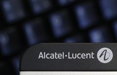 Alcatel-Lucent annonce réorganiser sa direction dans la perspective du rapprochement avec Nokia, à l'occasion de la publication de résultats légèrement moins bons que prévu. /Photo d'archives/REUTERS/Christian Hartmann