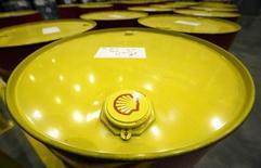 Royal Dutch Shell, qui a fait état d'un bénéfice en baisse de 37% au deuxième trimestre, va supprimer 6.500 emplois cette année. /Photo d'archives/REUTERS/Sergei Karpukhin