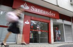 Santander a fait état jeudi d'un bénéfice net en hausse de 18% au deuxième trimestre, des revenus en augmentation en Grande-Bretagne ayant compensé la faiblesse du marché espagnol pour la première banque de la zone euro par la capitalisation. /Photo d'archives/REUTERS/Sergio Moraes