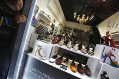 Un niño apunta unos zapatos en una tienda en un centro comercial en Santiago, nov 6, 2014. La actividad económica en Chile habría crecido un 2,3 por ciento en junio, sustentada por una sorpresiva expansión de las manufacturas y cifras mejores a las esperadas en otros sectores, especialmente en minería y consumo, mostró el jueves un sondeo de Reuters. REUTERS/Ivan Alvarado