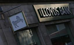 Отделение банка Lloyds в Лондоне. 28 октября 2014 года. Прибыль Lloyds Banking Group в первом полугодии оказалась ниже прогнозов аналитиков, поскольку компания выделила еще 1,4 миллиарда фунтов ($2,2 миллиарда), чтобы компенсировать клиентам проданные с нарушениями страховые продукты. REUTERS/Andrew Winning