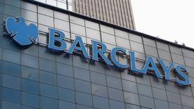 El logo de Barclays, visto en el exterior de la sede corporativa de la compañía en Nueva York, 20 de mayo de  2015. Barclays está recortando unos 150 puestos de trabajo de su banca de inversión como parte de los esfuerzos del banco británico por reducir costos y mejorar la rentabilidad en el negocio, dijo una persona familiarizada con el asunto. REUTERS/Mike Segar