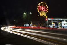 Un logo clásico de Shell en una gasolinera de la firma en Cambridge, EEUU, dic 12 2014. La producción de petróleo de Estados Unidos cayó 180.000 barriles por día (bpd) en mayo a 9,5 millones de bpd tras alcanzar los 9,7 millones en abril, dijo la gubernamental Administración de Información de Energía (EIA por su sigla en inglés).      REUTERS/Brian Snyder (