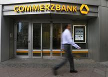 Un hombre camina junto a una sucursal de Commerzbank, en Fráncfort, 12 de febrero de 2015. Commerzbank más que duplicó su ganancia neta en el segundo trimestre a 280 millones de euros (307 millones de dólares), superando las expectativas de los analistas luego de que el prestamista alemán se benefició por unas sólidas actividades de su banca minorista. REUTERS/Ralph Orlowski