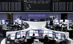 A l'exception de la Bourse d'Athènes, qui s'effondre de 17% à mi-séance après cinq semaines de fermeture, et de Londres, qui fait du surplace à cause des minières, les marchés européens évoluent dans le vert lundi à la mi-journée, soutenus par de solides résultats d'entreprises qui éclipsent le regain d'inquiétude sur la croissance chinoise. Vers 11h00 GMT, le CAC 40 gagnait de son côté 0,63%, le Dax avançait de 0,79% (photo) et le FTSE s'inscrivait en baisse de 0,10%. /Photo prise le 3 août 2015/REUTERS