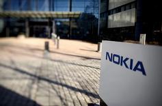 Nokia a annoncé la cession de sa filiale de cartographie HERE à un consortium de constructeurs automobiles réunissant Daimler, maison mère de Mercedes-Benz, BMW et Audi (groupe Volkswagen), dans le cadre d'une transaction qui valorise cette activité à 2,8 milliards d'euros, dette comprise. /Photo prise le 15 avril 2015/REUTERS/Lehtikuva