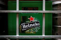Una caja plástica con botellas vacías de cerveza Heineken, afuera de un restaurant en Singapur, 29 de agosto de 2012. La ganancia del grupo embotellador y cervecero chileno CCU habría caído un 17,3 por ciento interanual en el segundo trimestre, debido a un menor desempeño operacional por un aumento en los costos de venta y un fortalecimiento del dólar, mostró el lunes un sondeo de Reuters. REUTERS/Tim Chong