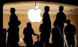 Apple a démenti mardi un article de presse lui prêtant l'intention de proposer des services de télécommunications directement aux consommateurs sans passer par les opérateurs. /Photo prise le 21 juillet 2015/REUTERS/Mike Segar