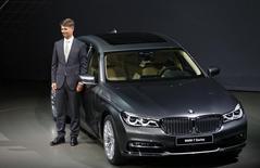El nuevo presidente ejecutivo de BMW, Harald Krüger, posa durante el lanzamiento mundial del auto BMW 7 en la sede de la compañía en Múnich, Alemania, 10 de junio de 2015. El nuevo presidente ejecutivo de BMW, Harald Krüger, planea revisar la estrategia del fabricante de automóviles para que se ajuste al futuro digital de la conducción. REUTERS/Michael Dalder