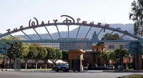 Walt Disney a annoncé un chiffre d'affaires en hausse de 5,1% au troisième trimestre grâce aux performances de ses réseaux télévisés et de ses parcs de loisirs. /Photo d'archives/REUTERS/Mario Anzuoni