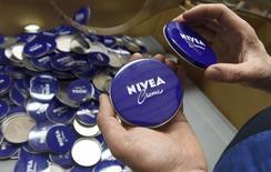 Beiersdorf, le fabricant des crèmes Nivea, annonce une croissance organique de ses ventes de 1,4% sur le premier semestre 2014, à la faveur d'une hausse de la demande pour de nouveaux produits de soin de la peau en Amérique du Nord et d'effets de change favorables. /Photo prise le 12 février 2015/REUTERS/Fabian Bimmer