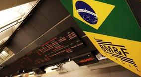 Un tablero electrónico muestra la información de las acciones, en la Bolsa de Sao Paulo, en Brasilia, 18 de febrero de 2011. Las monedas latinoamericanas caían el miércoles ante la expectativa de un alza de las tasas de interés en Estados Unidos en septiembre luego de que un sólido dato del sector servicios contrarrestara unas cifras débiles del mercado laboral en la principal economía del mundo. REUTERS/Nacho Doce