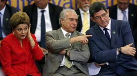 Presidente Dilma Rousseff  ao lado do vice-presidente, Michel Temer, e do ministro da Fazenda, Joaquim Levy . 9/06/2015.  REUTERS/Bruno Domingos