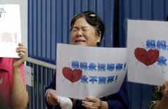 Родственница пассажиров с пропавшего самолета Malaysia Airlines у офиса авиакомпании в Пекине. 6 августа 2015 года. Фрагмент крыла самолета, который на прошлой неделе выбросило на берег французского острова в Индийском океане, был обломком пропавшего в прошлом году малайзийского боинга МН370, сказали в четверг власти Малайзии, подтвердив обнаружение первых следов исчезнувшего лайнера. REUTERS/Jason Lee