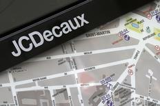 JCDecaux a annoncé jeudi avoir remporté le contrat des abribus publicitaires des transports urbains de Londres, d'une valeur de 700 millions d'euros pour une durée de huit ans. /Photo d'archives/REUTERS/Jacky Naegelen