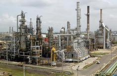 Vista general de la refinería de petróleo de Cartagena, Colombia, 24 de agosto de 2006. La petrolera colombiana Ecopetrol espera que la Refinería de Cartagena, la segunda más grande del país, esté funcionando al ciento por ciento en marzo del próximo año, dijo el jueves el presidente de la compañía. REUTERS/Fredy Builes