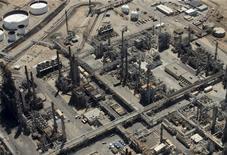 НПЗ в городе Карсон, штат Калифорния. 5 августа 2015 года. Цены на нефть растут с многомесячных минимумов накануне публикации отчетов о занятости в США и внешней торговле Китая. REUTERS/Mike Blake