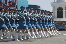 Участницы военного парада по случаю Дня защитника отечества в Астане. 7 мая 2014 года. Молодой предприниматель, известный в Казахстане как зять министра обороны, довел до контрольной долю в капитале Казкоммерца - крупнейшего банка страны, на помощь которому государство потратило сотни миллионов долларов. REUTERS/Mukhtar Kholdorbekov