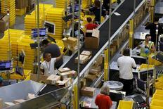 Trabalhadores de companhia de serviço de entregas, na Califórnia.   04/08/2015   REUTERS/Robert Galbraith