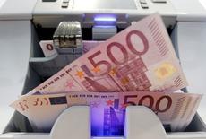 La Banque de France prévoit une croissance de 0,3% de l'économie française au troisième trimestre 2015 dans sa première estimation fondée sur son enquête mensuelle de conjoncture de juillet. Cette prévision est en ligne avec celle de l'Insee dans sa dernière note de conjoncture publiée en juin. /Photo d'archives/REUTERS/Pascal Lauener