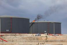 Нефтехранилища на НПЗ в Эз-Завие, Ливия 18 декабря 2013 года. Цены на нефть растут с многомесячных минимумов, отмеченных после сообщения о падении китайского экспорта. REUTERS/Ismail Zitouny
